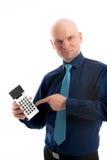 Hombre de negocios en camisa azul que señala a una calculadora de bolsillo Fotos de archivo