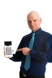 Hombre de negocios en camisa azul que señala a una calculadora de bolsillo Imagen de archivo libre de regalías