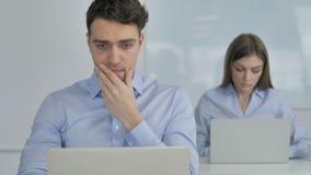 Hombre de negocios en choque por resultados en el trabajo, preguntándose en temor almacen de metraje de vídeo