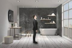 Hombre de negocios en cuarto de baño foto de archivo
