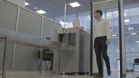 Hombre de negocios en el aeropuerto en el control de seguridad almacen de video