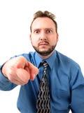 Hombre de negocios en el azul (dado una sacudida eléctrica y el señalar) Imagen de archivo