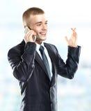 Hombre de negocios en el edificio de oficinas en el teléfono Fotos de archivo libres de regalías