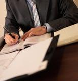 Hombre de negocios en el escritorio Fotografía de archivo libre de regalías