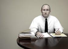 Hombre de negocios en el escritorio Fotos de archivo