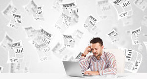 Hombre de negocios en el escritorio con los periódicos del mercado de acción Fotos de archivo