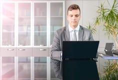 Hombre de negocios en el escritorio del ordenador Imágenes de archivo libres de regalías