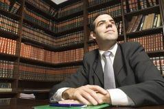 Hombre de negocios en el escritorio - horizontal Imagenes de archivo