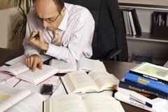 Hombre de negocios en el funcionamiento del escritorio Foto de archivo libre de regalías
