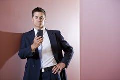 Hombre de negocios en el juego texting en vestíbulo Fotografía de archivo libre de regalías