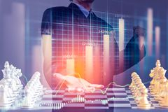 Hombre de negocios en el mercado de acción digital financiero y el backgro del ajedrez Imagen de archivo
