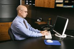 Hombre de negocios en el ordenador Fotografía de archivo libre de regalías