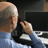 Hombre de negocios en el ordenador Imágenes de archivo libres de regalías