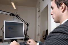 Hombre de negocios en el ordenador Fotos de archivo libres de regalías