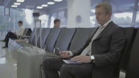 Hombre de negocios en el pasillo que espera del aeropuerto almacen de video
