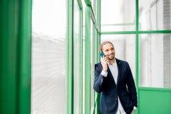 Hombre de negocios en el pasillo verde fotos de archivo
