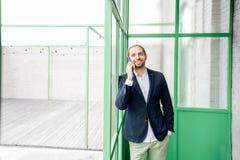 Hombre de negocios en el pasillo verde imagen de archivo libre de regalías
