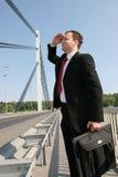 Hombre de negocios en el puente Foto de archivo libre de regalías