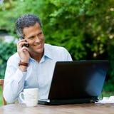 Hombre de negocios en el teléfono al aire libre Fotos de archivo libres de regalías