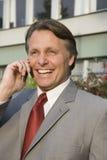Hombre de negocios en el teléfono celular. Imagenes de archivo