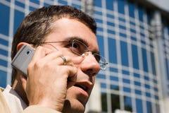 Hombre de negocios en el teléfono celular foto de archivo libre de regalías