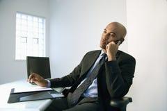Hombre de negocios en el teléfono celular. Fotos de archivo libres de regalías