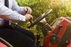 Hombre de negocios en el tractor fotografía de archivo