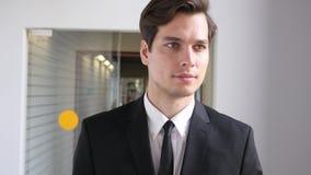 Hombre de negocios en el traje que sale de la oficina, caminando Imagen de archivo