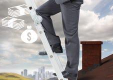 Hombre de negocios en escalera sobre el tejado y ciudad con los iconos del dinero Fotografía de archivo libre de regalías