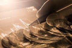 Hombre de negocios en fondo comercial financiero del indicador del mercado de acción fotografía de archivo libre de regalías