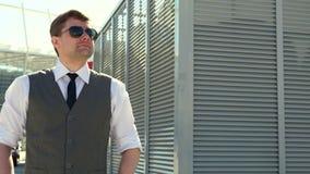 Hombre de negocios en gafas de sol lifestyle Retrato del hombre confidente outdoors Un varón Empresario acertado almacen de metraje de vídeo