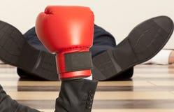 Hombre de negocios en guantes de boxeo rojos Fotos de archivo