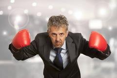 Hombre de negocios en guantes de boxeo rojos Fotografía de archivo libre de regalías