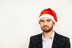 Hombre de negocios en juego con el sombrero de santa en la pista Aislado sobre el fondo blanco Imágenes de archivo libres de regalías