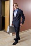 Hombre de negocios en juego que recorre abajo del pasillo Imagen de archivo