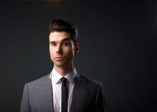 Hombre de negocios en juego y lazo Imagen de archivo libre de regalías