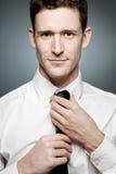 Hombre de negocios en la camisa blanca en actitud confidente. Fotos de archivo