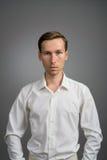 Hombre de negocios en la camisa blanca, retrato en fondo gris Imagenes de archivo
