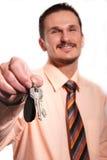 Hombre de negocios en la camisa con claves fotografía de archivo