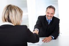 Hombre de negocios en la entrevista que sacude las manos Fotos de archivo libres de regalías