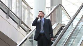 Hombre de negocios en la escalera móvil metrajes
