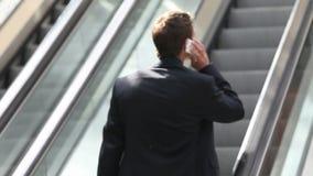 Hombre de negocios en la escalera móvil