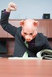 Hombre de negocios en la lectura de la máscara del cerdo imagen de archivo