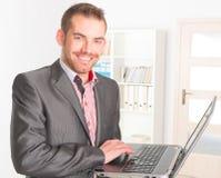 Hombre de negocios en la oficina fotos de archivo libres de regalías