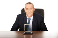 Hombre de negocios en la oficina con las bolas del neutonio Imágenes de archivo libres de regalías