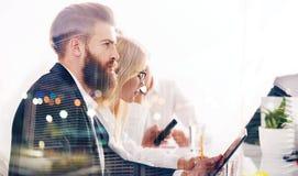 Hombre de negocios en la oficina conectada con el Internet Concepto de compañía de lanzamiento Exposición doble imagen de archivo libre de regalías