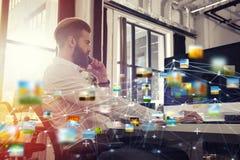 Hombre de negocios en la oficina conectada en Internet Concepto de compañía de lanzamiento imágenes de archivo libres de regalías