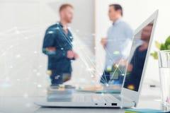 Hombre de negocios en la oficina conectada en Internet Concepto de compañía de lanzamiento foto de archivo