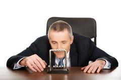 Hombre de negocios en la oficina que juega con las bolas del neutonio Imágenes de archivo libres de regalías