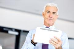 Hombre de negocios en la oficina usando la tableta fotografía de archivo libre de regalías